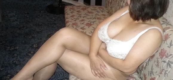 下着姿でソファで足を組む女性